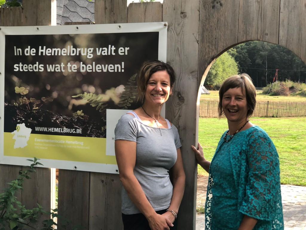 Inge Snoeks en Inge Ketels aan poortje Hemelbrug